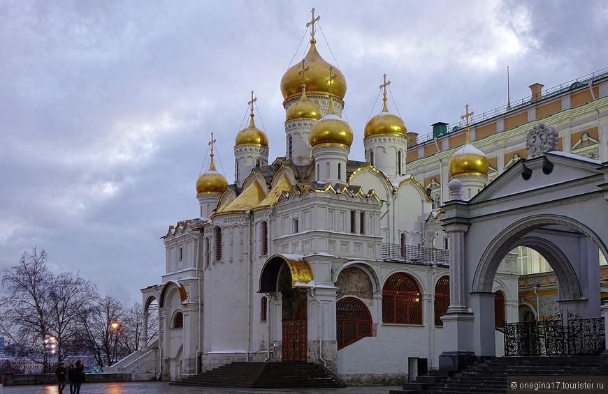 Пока я ходила из собора в собор, решив посмотреть все, что позволяет мой входной билет, народные толпы начали потихоньку рассасываться. Такой Кремль мне понравился намного больше.