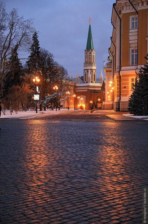 Мне казалось, я провела в Кремле очень много часов - вошла еще днем, уходила почти ночью. На самом деле, я гуляла около двух часов, совершенно никуда не торопясь.