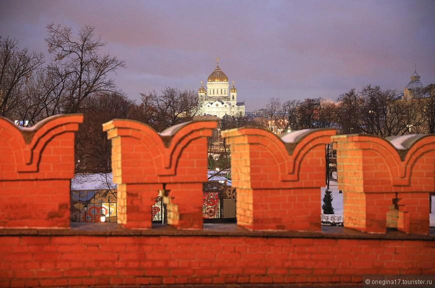 Притормозила на мосту, полюбовалась золотыми куполами и решила, что завтра надо будет добраться к храму Христа Спасителя, которого я пока еще не видела...