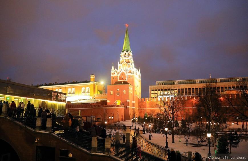 Очередь желающих попасть в Кремль. Ситуацию осложнял еще и то, что к Кремлевском дворце проходили елки. Детей было страшно много! Родителей еще больше.
