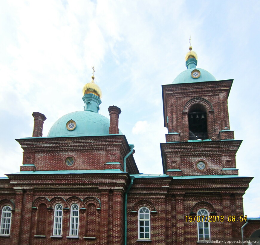 Центром скита является двухэтажная церковь, похожая на храм в Иерусалиме.