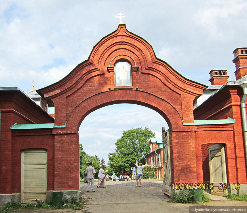 Ворота скита, выходящие на главную монастырскую дорогу, вымощенную камнем.