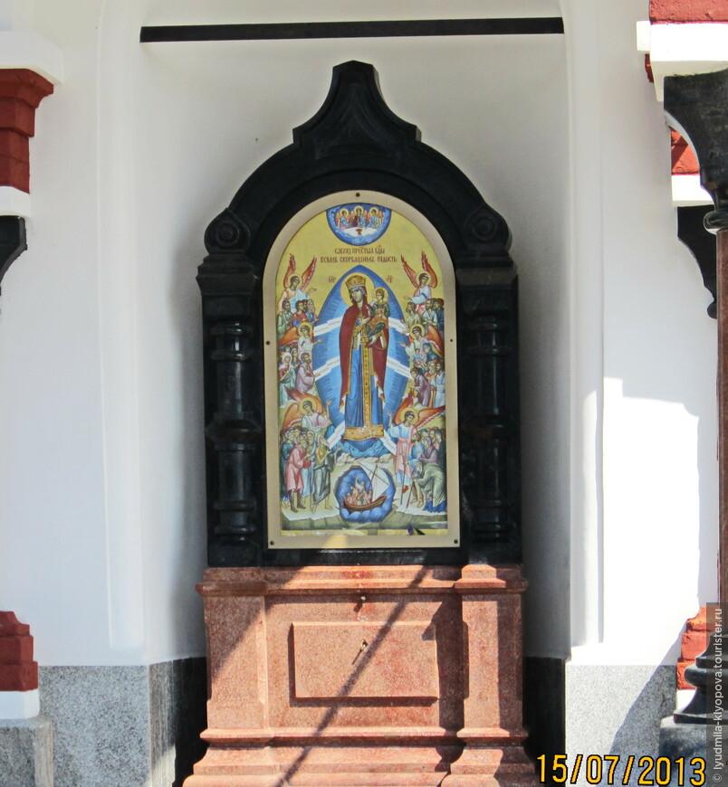 На территории монастыря встречаются небольшие часовенки с иконами. Например эта — Всех скорбящих радость —  стоит недалеко от пристани.
