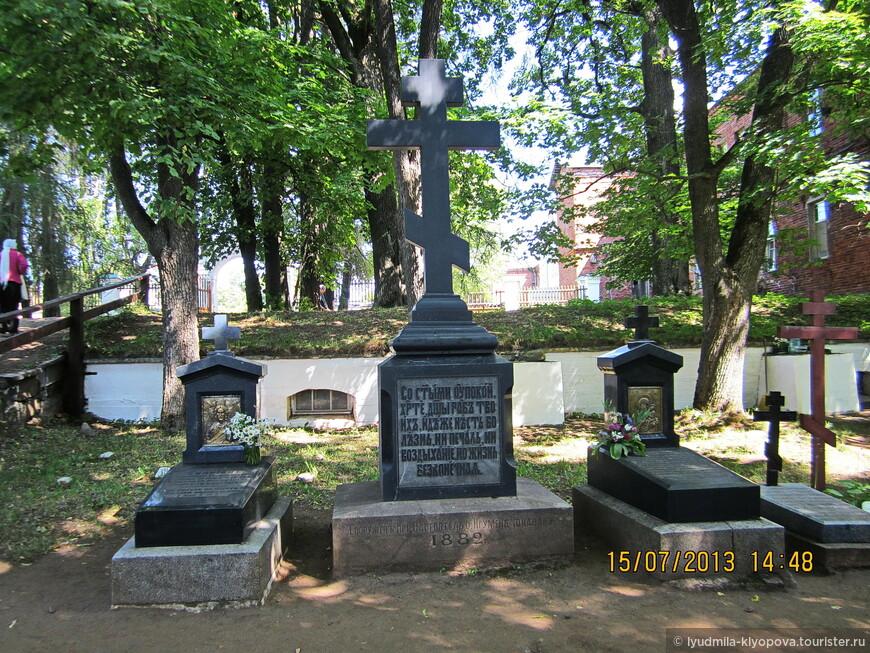 Здесь похоронены святые старцы.