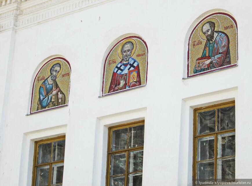 Мозаичные иконы над северным входом — святые Пётр, Николай и Павел.