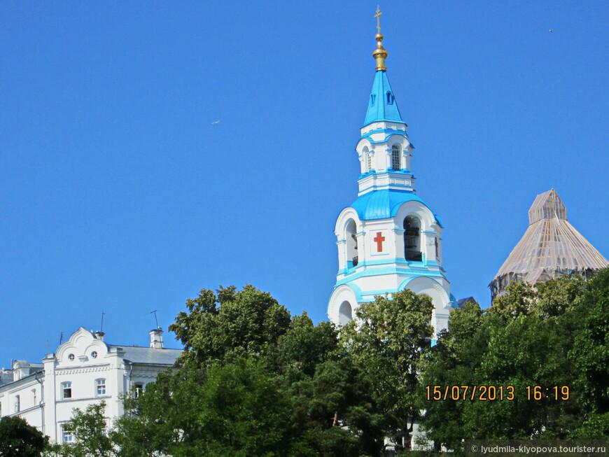 Вот показалась колокольня Спасо-Преображенского собора. Основное здание собора было закрыто лесами и защитным покровом.