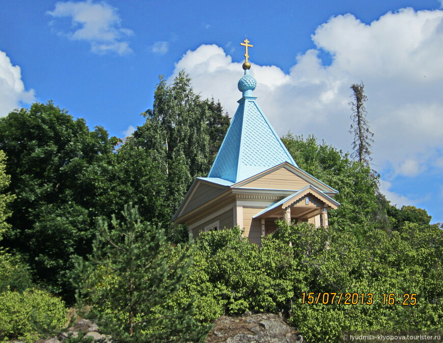 Часовня Покрова Пресвятой Богородицы расположена на выступающей в Монастырскую бухту скале.