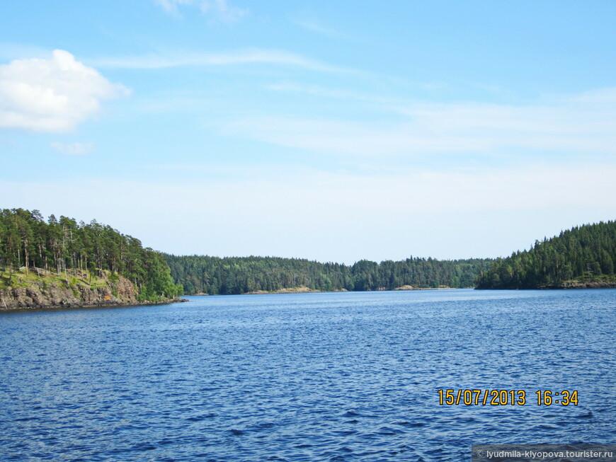 Озеро очень красиво в любую погоду. В солнечную — вода ярко-голубая.