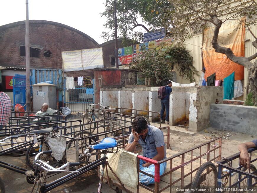 Ходят в туалет и рядом готовят уличную еду - на фото открытый туалет для мужчин, хотя это не мешает индусам ходить в туалет прямо на улице без туалета.Калькутта