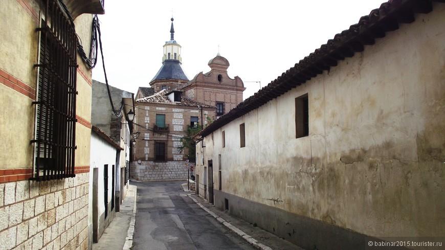 Calle de Bajada de las Monjas (улица Спуск Монахинь) - дорога к Монастырю Convento de la Encarnación. Женский монастырь, основанный в XVII веке, и занимающий площадь в почти 7 тысяч квадратных метров, открыт для посещений только в часы служб. Правое крыло когда-то было дворцом графов Кольменара. При арабах город Ореха стал мавританской цитаделью, которую император Альфонсо VII взял с боем в 1139 г. и передал во владение Ордену Сантьяго