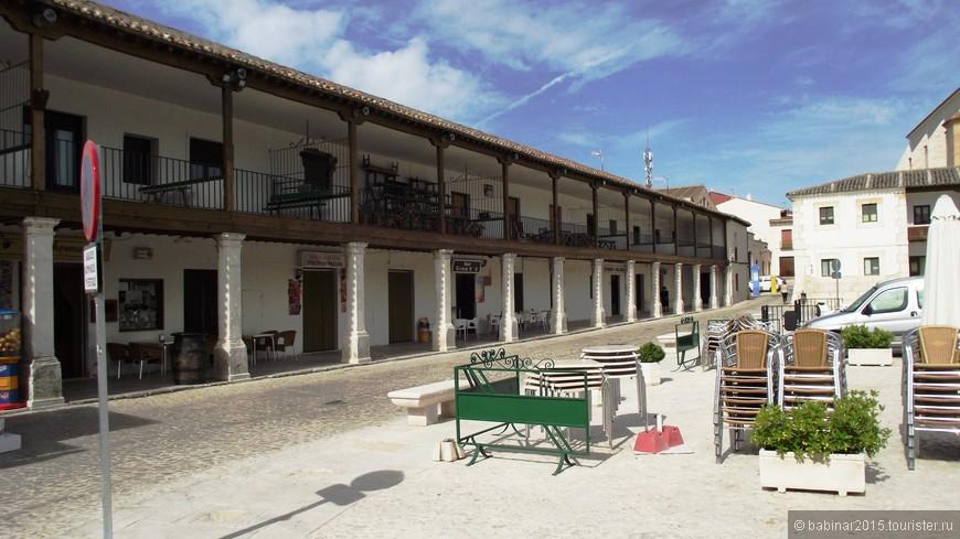 Plaza Mayor. Строительство площади началось в 1676 году, а закончилось в 1794 году (а куда торопиться?!). Это отличный пример типичных кастильских площадей с портиками (porticadas). Местные власти утверждают, что их город, это - центр гастрономического туризма в сообществе Мадрид, и, что ни в Мадриде, ни в Чинчоне, ни где больше вы не попробуете такого вина и сыров как здесь. Может быть.. Но главные рестораны расположены именно здесь, на Plaza Mayor.