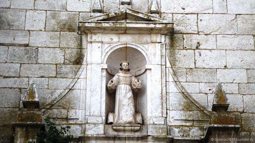 Iglesia de Santa María la Mayor. Вслед за событиями Договора у Быков Гисáндо, король Кастильи Энрике IV в Кольменар де Ореха подтвердил права сестры Изабеллы (будущей Католички) на наследование трона. Тогда же этому поселению впервые был предоставлен статус города (Villa). Здесь же обсуждался брак молодой Изабеллы с Королем Португалии, слава Богу несостоявшийся.