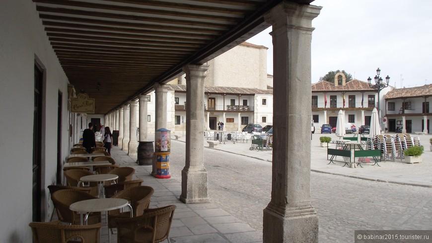 Площадь стала съемочной площадкой для множества фильмов и телевизионных сериалов. На праздники в мае и в сентябре на площади устанавливают деревянные ограждения, чтобы превратить ее в арену для боя быков. А вторые этажи зданий, окружающих площадь, превращаются в идеальные бель-этажи. В обыные дни, это - обеденные террасы ресторанов. Кстати Colmenar de Oreja - один из немногих городов где нет специальной Арены боя быков