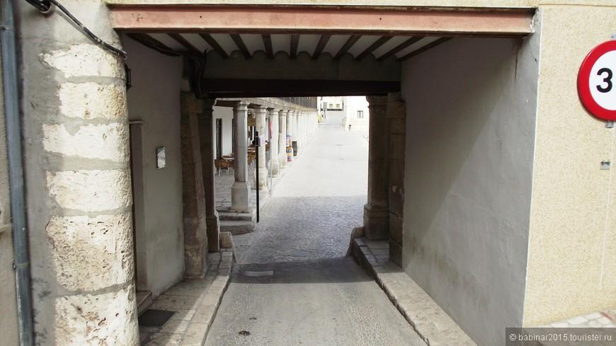 Южная сторона площади выходит на Сады Толкучки (Jardines de Zacatín).