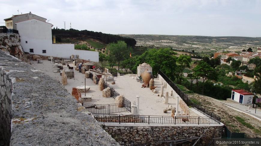 Перед входом в Сады Толкучки (Jardines de Zacatín) сейчас строится парк-музей обработки камня и музей местной керамики. Издревле в местных каменных карьерах добывали известняк, из которого строили королевские дворцы Мадрида и королевскую же резиденцию Аранхуэс. Его же использовали скульпторы для многих мадридских памятников. Так же известна местная керамика, а кольменарские кувшины до сих пор используют по всей стране для хранения вина, и даже в королевских подвалах.