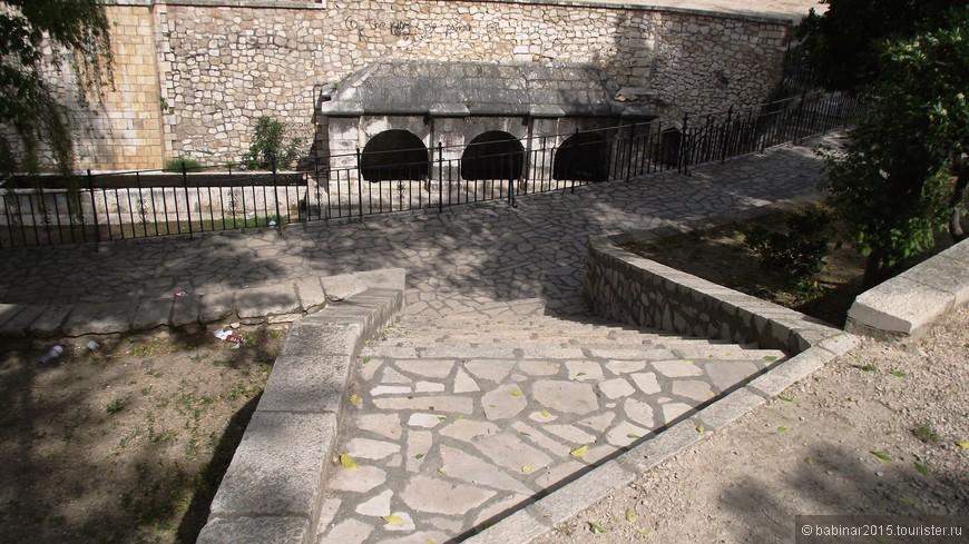 У источника был построен целый каменный павильон с бассейнами, где стирали белье, набирали питьевую воду, поили лошадей