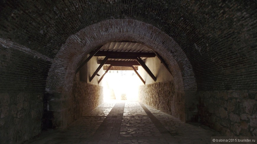 """Думаю строили туннель из расчета, чтобы могла проехать повозка или кабальеро на лошади. Над входом надпись: """"В годы правления Карлоса IIII 1794"""""""