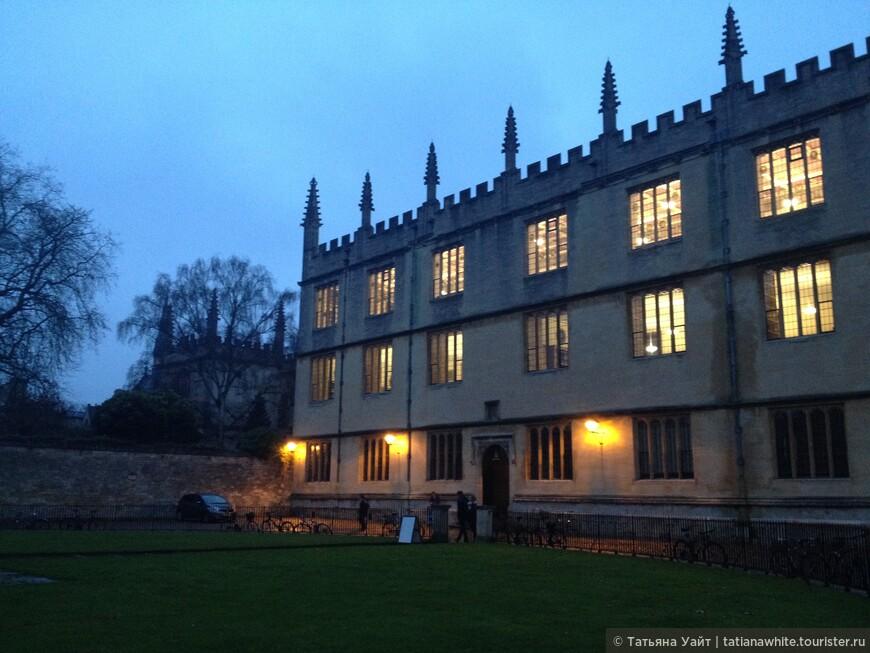 Библиотека Бодлеан и в сумеречной тени за деревом - колледж Экзетер - любимый колледж Толкина.