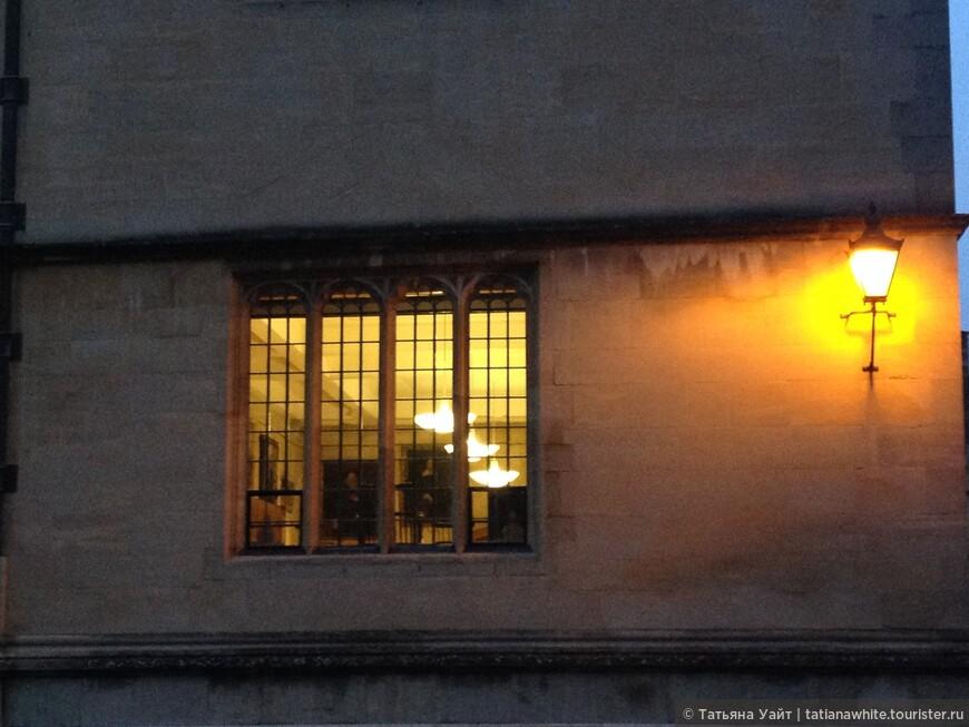 Не часто удаётся заглянуть хоть одним глазком - что там, за стенами, куда не пускают...А там картины аристократов, выпускников Оксфорда, свет в окне и люди внутри корпят за работой..!