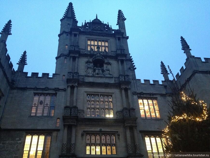Моё самое любимое строение в Оксфорде: Башня 5-ти ордеров (классического стиля). 5 ярусов завершаются парящими шпилями. Всё - вверх, к небу!! И даже ёлочка своей макушкой - ВВЕРХ! Оксфордская готика.