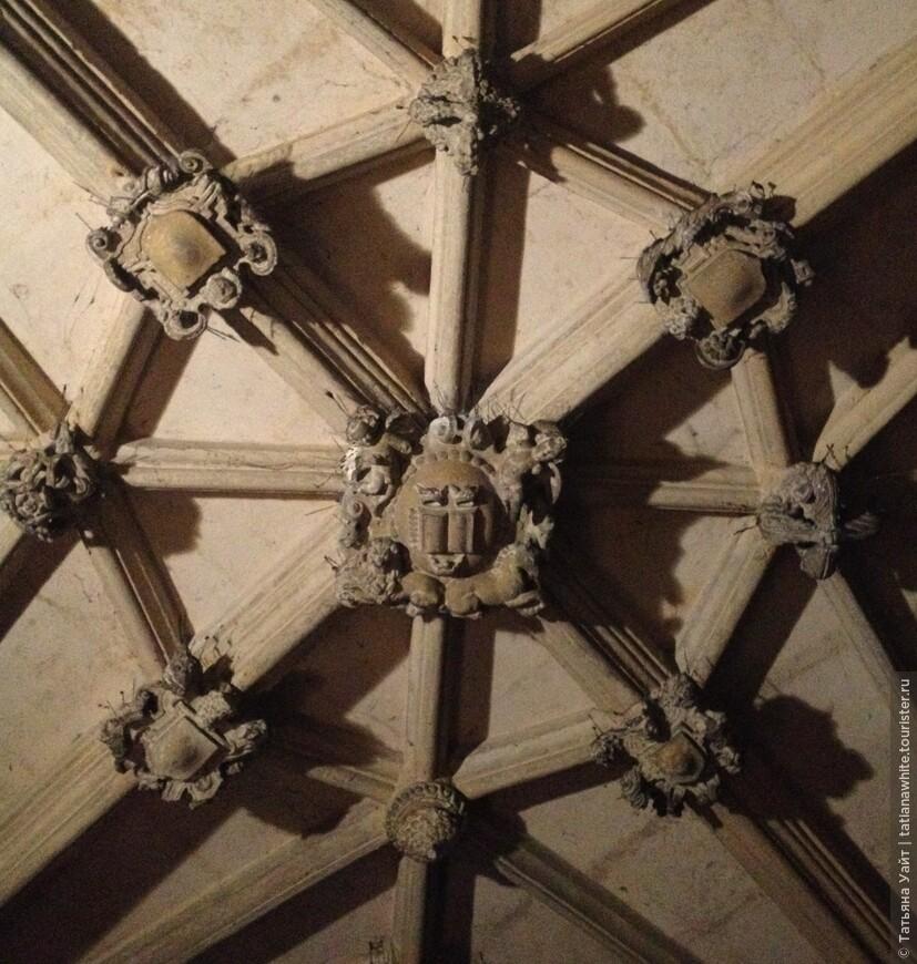 Ребристые своды с розетками (орнаментальным готическим элементом), разбивающие своды.
