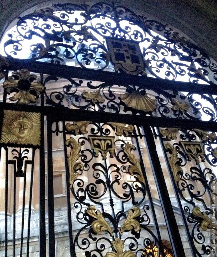 Мне показались красивыми не только знаменитые позолочённые ворота All Souls College (что открываются лишь раз в году: для процессии Инсении - праздника вручения почётной оксфордской степени), но и то, что можно видеть за воротами - медовые камни круглой библиотеки Радклиф Камера.