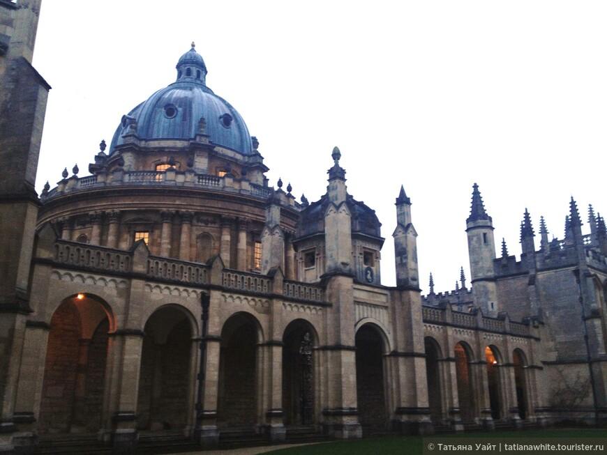 Этот ракурс обилия готических шпилей и неоклассических куполов в сумерках вы можете только увидеть со двора All Souls College.