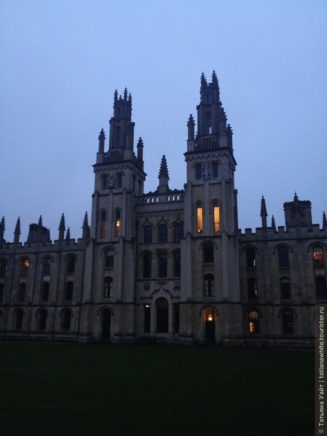 Знаменитые башни (1734 г.) - близнецы работы ученика К. Рэна - Николаса Хоукмор. Узнаёте, как они похожи с другими его башнями в Лондоне - вход в Вестминстерское Аббатство? И снова - СВЕТ в ОКНЕ! Романтично.