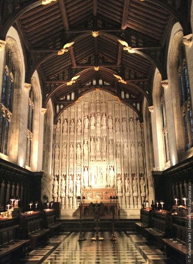 Ну это уже внутри колледжа All Souls - часовня колледжа, с алтарём, похожим на алтарь в New College, где основатель All Souls - Архиепископ Чихеле учился. Реставрировал эту замечательную часовню, что перед вами - Гильберт Скотт (викторианский архитектор).