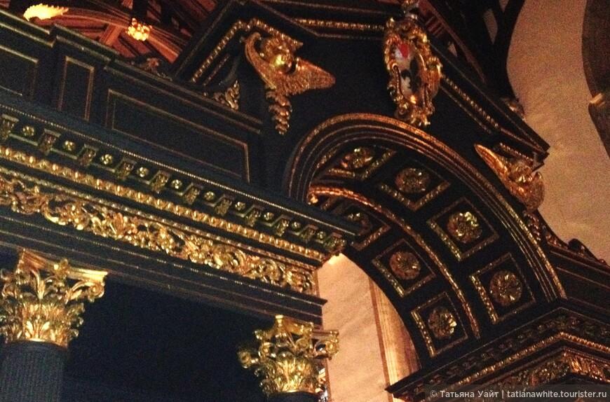 Деревянная перегородка, талантливо выполненная архитектором Сэром Джеймсом Тронхиллом в 1716 г.