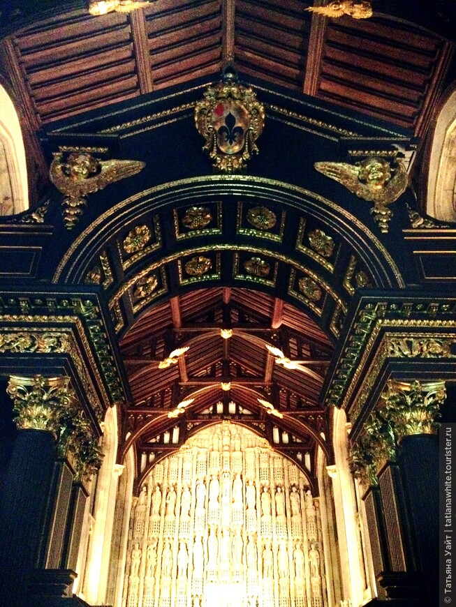 Перегородка 18 века в перекличке деревянного каркаса-потолка 15 века. Именно в 15 веке - 1438 г. этот колледж был основан.