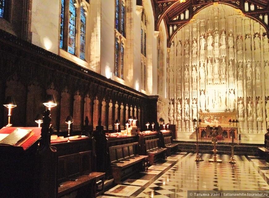 Коллежд появился на деньги архиепископа Чихеле, который создал его, как живой памятник всем жертвам, погибшим в столетней войне между Францией и Англией - В память всем душам - All Souls.