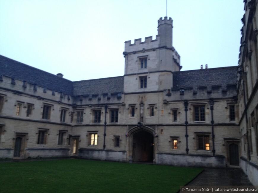 """""""Надвратная башня"""", как в древности. у рыцарей -надвратная башня - главный вход в замок. Приходилось университету и защищаться от горожан, челяди. Были и такие времена. Поэтому строили настоящие крепости, башни с винтовой лестницей, чтоб обозревать с высоты - кто идёт..."""