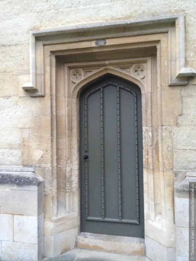 Лаконично. Просто дверь. Но за дверью далеко всё не лаконично, а роскошно! Но не для всех и не сейчас.