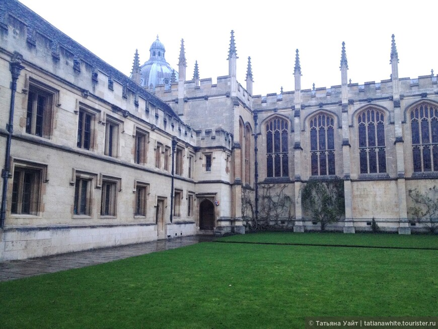 """Ну вот, это уже последний снимок моей вечерней короткой прогулки по Оксфорду. Намечайте в планах поездку в Оксфорд, в любое время года, время суток. Вы всегда встретите СВЕТ! И пусть как и студентам, нам всем """"Бог освещает путь"""" - """"Dominus illuminatio mea"""" - девиз университета Оксфорда."""