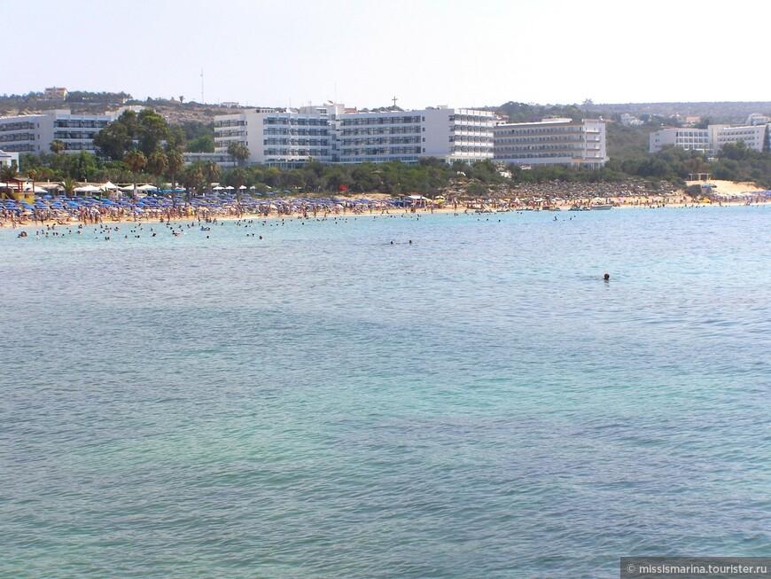 Этот пляж занимает самую длинную песчаную полосу на юго-восточном побережье острова Кипр, которая простилается на более чем километр в длину.