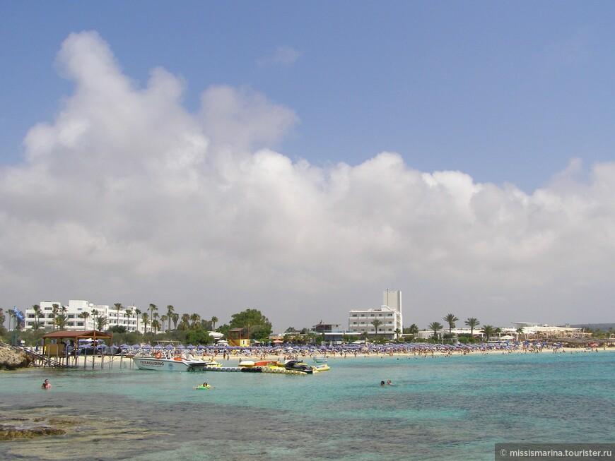Кто устает от  визгов маленьких детей, тот может  зайти за Water Sport и там будет небольшой приватный пляж с минимальным количеством людей, где  можно спокойно и душевно отдохнуть !