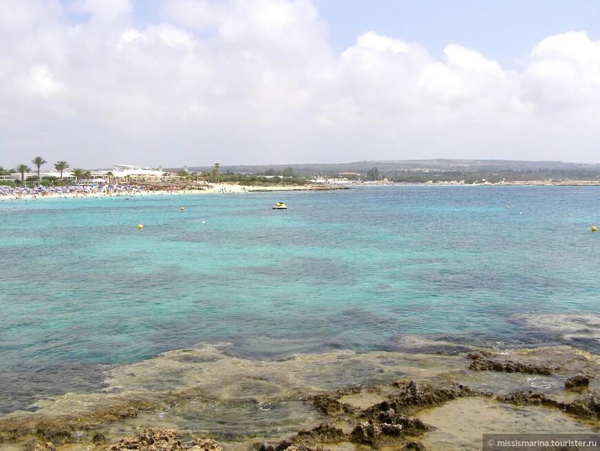 Пляж Makronissos Beach West открыт для юго-западного ветра, имеет каменистую границу со следующим пляжем