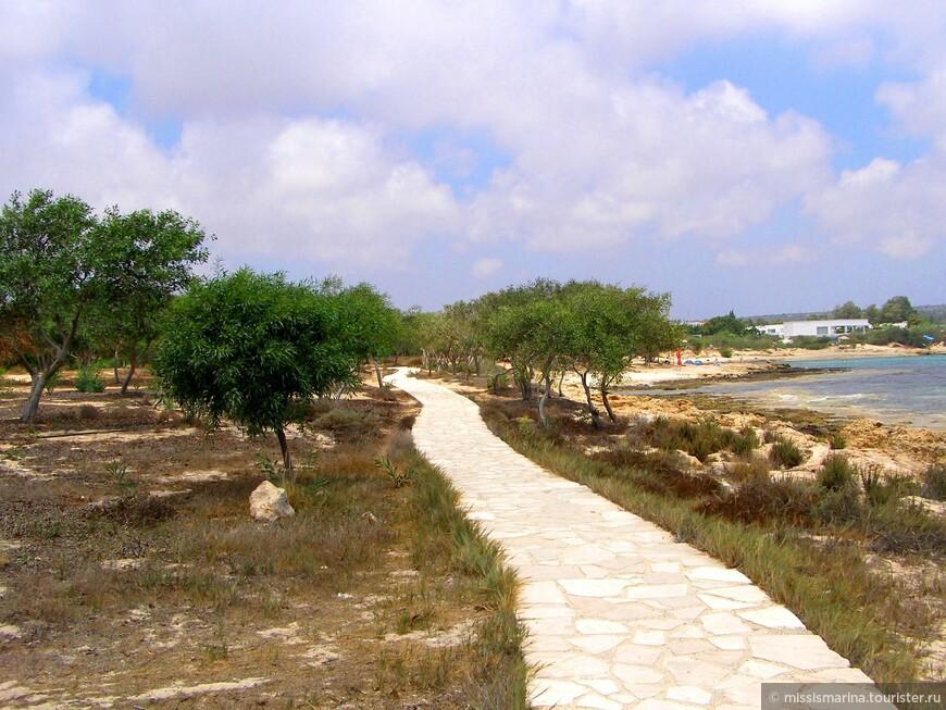 От пляжа Макрониссос идет вымощенная дорожка до Ланда Бич