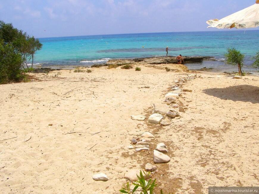 Возможно сделать остановку и устроить пикник на берегу моря; камни обозначают границу занятой территории