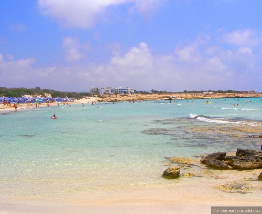 Сам пляж скромный, тесноватый.А за потрясающий цвет песка, местные называют его «Золотым».