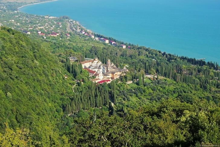 Абхазия: Новоафонский монастырь и частный сектор © Julia Alisova