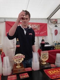 """В мае 2015 года я провела первый в своей жизни пиво-тур. Пиво-тур по Англии, которая в клуарах зовется страной высоких цен и плохого пива? Именно по ней. Ведь здесь сейчас работает более 200 пивоварен, больших и мальньких, которые готовят прекрасные, узнаваемо отровные сорта пива и эля. Задачку заказчик мне поставил непростую: поиск исторических элей, в основном темных и плотных.  Погдготовка к туру заняла почти три месяца. Повторить в точности маршрут просто невозможно, потому что он был подстроен под конкретные интересы конкретного человека, а также под фестивали пива и эля, которые как раз в это время идут в Британии. Здесь, например, вы видите, как одна ойркширская пивоварня представляет свои новые """"летние""""  сорта на фестивале в Харрогейте."""