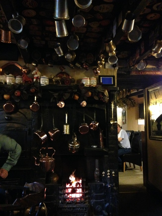 Пабы я тоже отбирала специально - они должны были иметь отличный ассортимент местного пива и эля, желательно - значок общества защитников настоящего пива и эля Camra. Иногда это были совсем игрушечные деревенские заведения, как например, вот это чудо в йоркширских холмах.