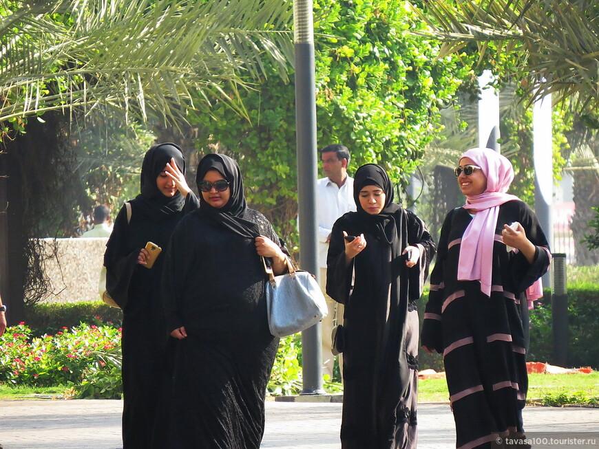 Девушки на прогулке с гаджетами в руках.
