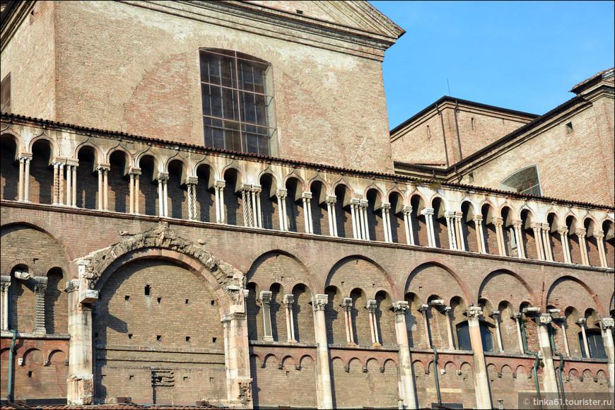 Верхний ярус южного порталапредставляет собой ряд готических арок на парных колонках, витых, перекрученных, украшенных разнообразным орнаментом.
