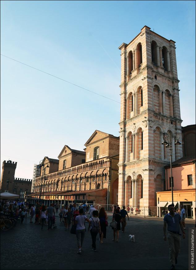 Здесь же с южной стороны собора располагается колокольня, возведённая в 1451 – 1493 годах из белого и розового мрамора.