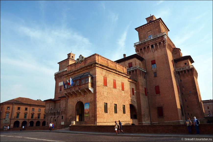 В плане замок представляет собой правильный прямоугольник, по углам которого располагаются монументальные башни.Сейчас внутренний двор и отдельные помещения крепости доступны для посетителей.