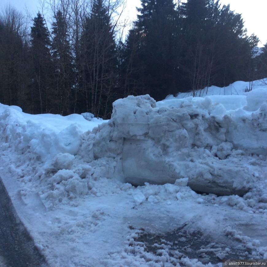 Следы расчистки от снега бульдозером!