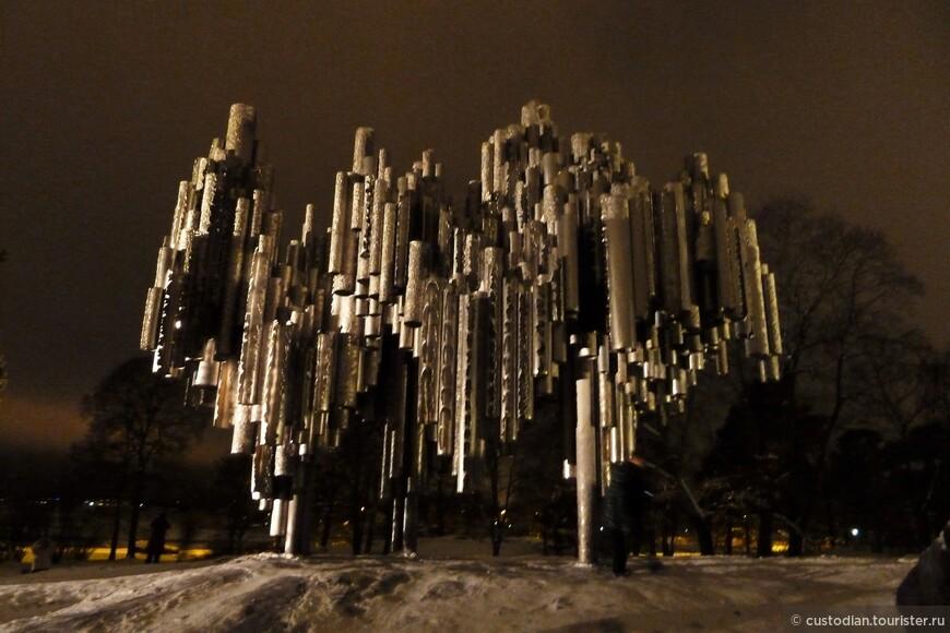 """Первоначально памятник не понравился местным жителям и в планах было его заменить. Но вскоре к памятнику начали """"подтягиваться"""" туристы (как к совсем необычному памятнику) и финны пересмотрели свое отношение, иными словами, взглянули новым взглядом на данную композицию. Сейчас парк, в котором расположен памятник - одно из любимейших мест отдыха горожан."""
